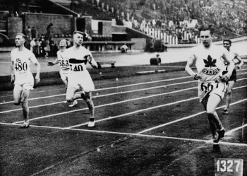 Percy Williams of Canada (right) competing in the VIIIth Summer Olympic Games / Percy Williams (à droite), du Canada, en train de participer aux VIIIe Jeux Olympiques d